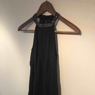 Mörkblå långklänning med slits vid benet. Fint spetstyg under och öppen i ryggen. 150kr plus frakt men går att diskutera pris.