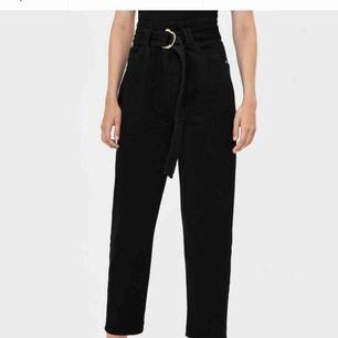 Helt nya belted jeans från bershka. Nypris 349 (+110 frakt). Säljer för 150 + frakt på 50. Ser ut exakt som på bild.