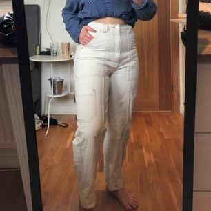 Trendiga jeans från weekday med fickor och synliga sömmar. Fint skick. Säljer pga använder ej