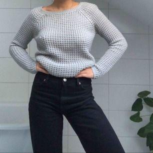 En stickad tröja från Vila med en liten dragkedja baktill. Passar till vad som helst!
