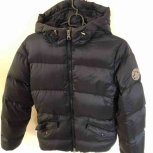 Äkta marinblå Gant jacka  I fint skick (nyskick)endast använt ett fåtal gånger  Köptes för 3500kr   Fin passform  FRAKT INGÅR :))