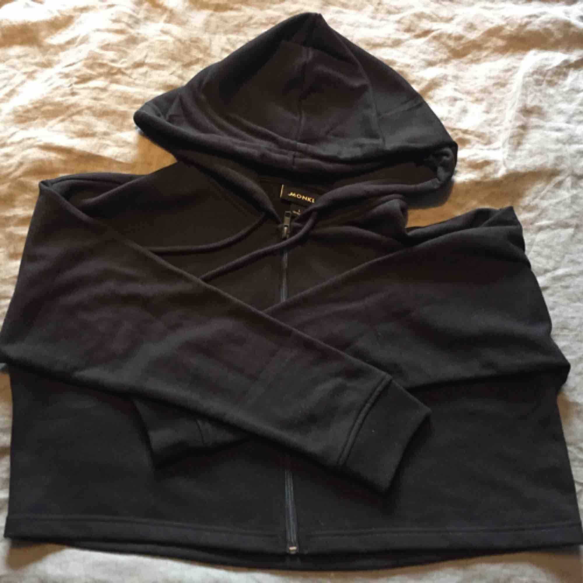 Croppad hoodie från Monki i fint skick, endast använd 1 gång. Storlek L men passar S och uppåt. . Huvtröjor & Träningströjor.