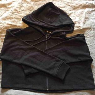 Croppad hoodie från Monki i fint skick, endast använd 1 gång. Storlek L men passar S och uppåt.