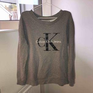 Mörkgrå Calvin Klein sweatshirt, Storlek M, Nästan oanvänd, nypris 1000kr,