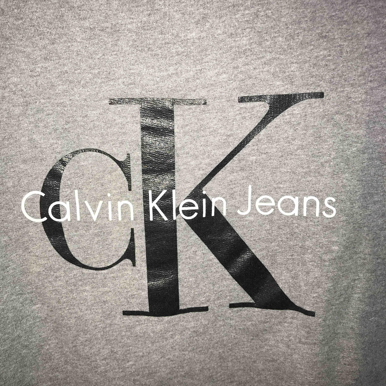 Mörkgrå Calvin Klein sweatshirt, Storlek M, Nästan oanvänd, nypris 1000kr, köparen står för frakt. Tröjor & Koftor.