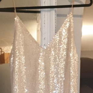 Jättefin lång nyårs/bal klänning i paljetter i stl. 42 köpt på Nelly och använd en gång...fint skick.(har flera bilder )  300:-