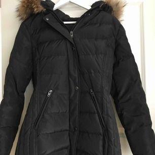 Köpte denna jacka förra året å användes under 1,5 månad. Modellen heter endless freeze längden mid. Jackan var supervarm och går precis över rumpan. Äkta päls. Kan både frakta och mötas. Jackan är i storlek 42 men passade mig som är en M. Köpt för 4000.