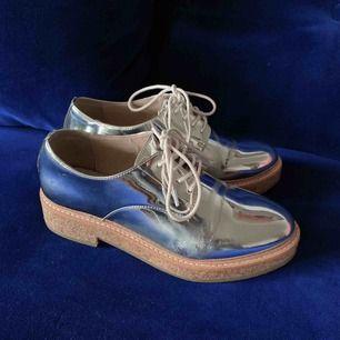 Silvriga skor från Mango. Använda 2 gånger. Färgen har lossnat lite här och var men i helhet ser de fortfarande skitsnygga ut! Möts upp i Stockholm eller skickas mot frakt!