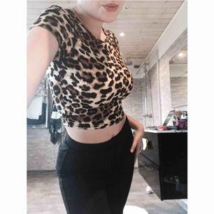 Leopard topp, skit snygg.  Storlek xs, nästan aldrig använd.  Den sitter jätte bra! 💗