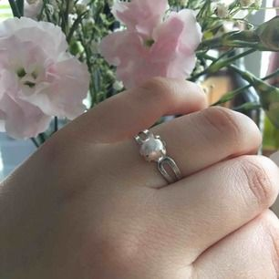 Gullig ring med pärla på, töjbar så passar nästa alla🌸🌸 frakt tillkommer på 10 kr