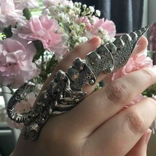 Udda asball ring som föreställer en skorpion tror jag😝 frakt tillkommer på 30 kr pga tyngden... är prutbar!