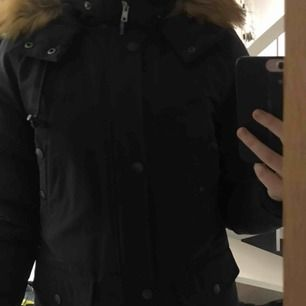 Säljer den här fina, varma och jättesköna mörkblåa vinterjackan från Svea. Den är i bra skick och väldigt fin. Om ni vill ha fler bilder så är det bara att fråga! Nypriset var 1399kr men säljer den för 400kr. Köparen står för frakt🥰