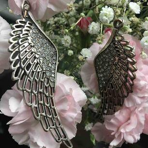 Örhängen i form av änglavingar, perfekt till den som ska va ängel i halloween!!👼 de är ganska stora och tunga, därav fraktkostnad som tillkommer på 20 kr, är dock prutbar🌸🌸