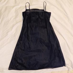 Sheer 90s slip/klänning.  Går ungefär till mitten av låret/nästan till knäna.