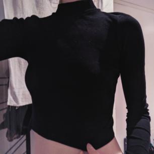 Ribbad svart halvpolo från H&M Divided.