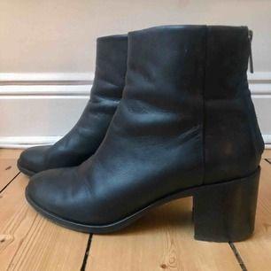 Filippa k, mörkblå boots.