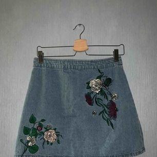 Somrig kjol från H&M x Coachella! Använd fåtal gånger då den inte passar min stil längre. Kjolen är i väldigt bra skick!