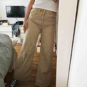 Skitsnygga 70tals jeans från weekday, säljer pga dom aldrig kommer till användning