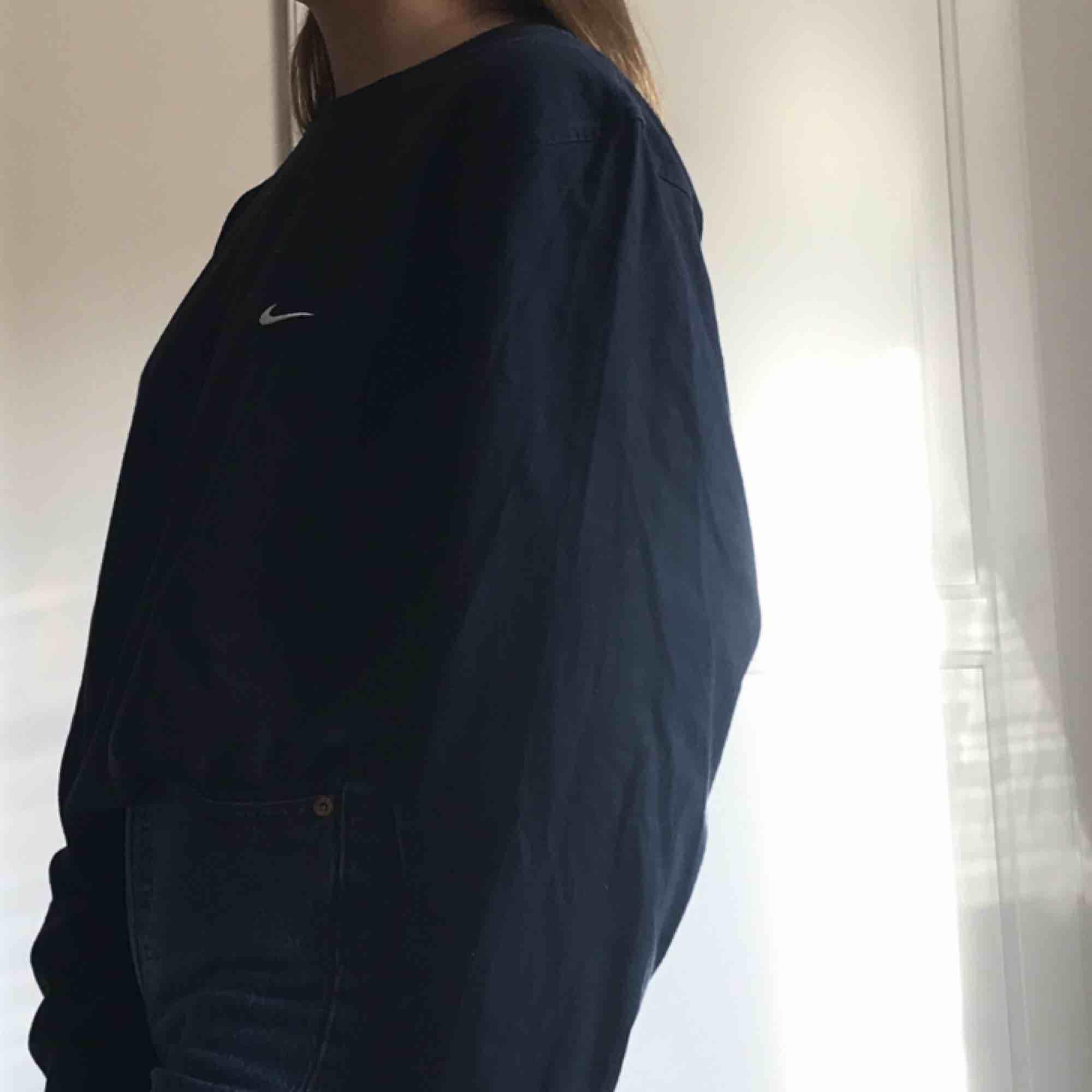 Långärmad mörkblå tröja från Nike. Är strl L men passar mig som normalt har S. Köparen står för frakt. . Toppar.