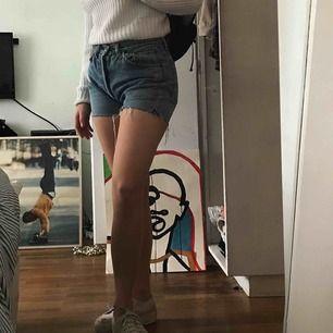 Skitsnygga 90tals levis shorts. Jag har 27 i midjan på andra jeans och dom här sitter perfekt på mig så, det är alltså en liten storlek, då dessa är 32.