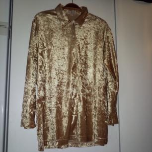 Mjuk, lång vintageskjorta i typ velour/sammet