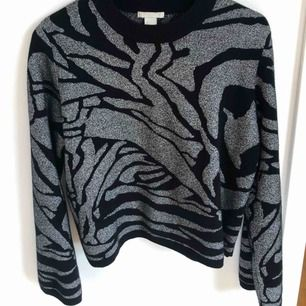Så snygg glittrig/svart tröja från H&M. Nästan helt oanvänd! Står stl L men passar mig som är S! Kan mötas upp eller så delar vi på frakten 🌼