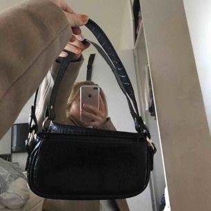 Snygg handväska från asos i krokodilmönster med guld detaljer