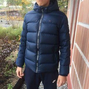 Tommy Hilfiger dunjacka använd en säsong (2018), köpt på NK tyvärr inget kvitto. Inga defekter. Hämtas i årsta/fraktas med postnord📨