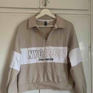 Beige crop top hoodie med text från hm. Aldrig använd. Strl s