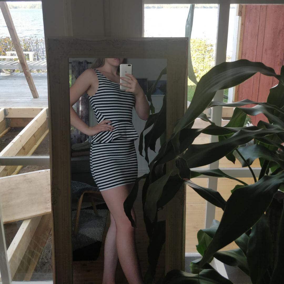 Pris 75 (frakt ingår!)  En superfin enkel klänning från H&M köpt för något år sedan. Använd 1 gång, säljer då jag växt ur den. Bra i storlek, absolut en 34:a! INGA FEL på den!  Den är vit + mörkblå/svart, V-ringad i ryggen!  Skriv om du undrar något! :). Klänningar.