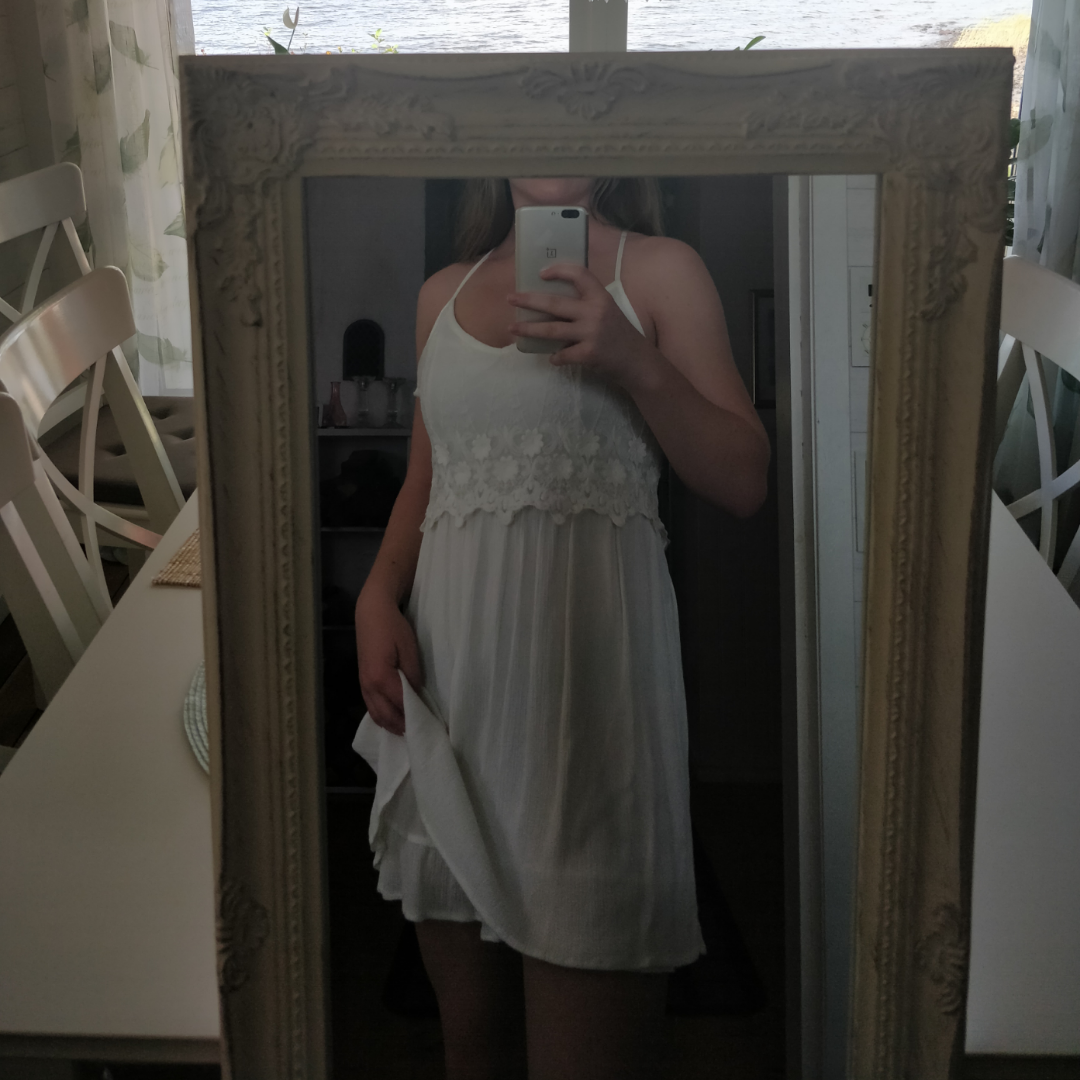 Pris 100 kr (frakt ingår!)  En supersöt vit klänning, endast använd några timmar på studentdagen. Säljer då jag växt ur den. Bra i storlek och justerbara band med supersnyggt kryss i ryggen! Dessutom superskönt material! Originalpris cirka 400kr. Skriv om du har några frågor! :). Klänningar.