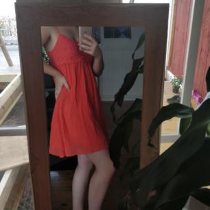Pris: 75kr (frakt ingår!) Suuupersöt sommarklänning perfekt att använda som en enkel klänning eller bara slänga på sig ovanpå bikinin! Färgen är orange/röd/rosa! Storlek 34 med justerbara band. Använd 2 gånger. Skriv om du har några frågor! :)
