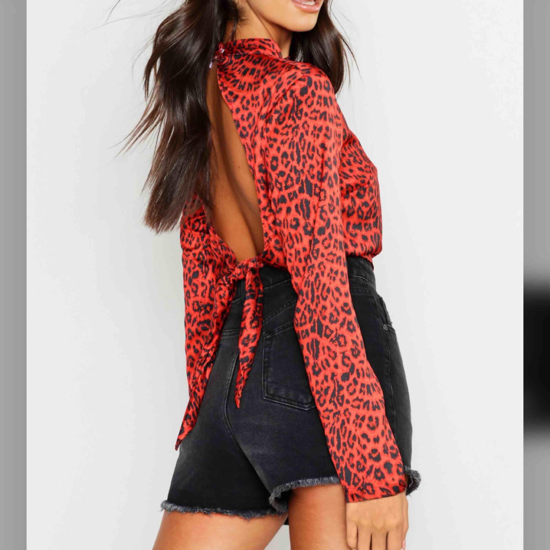 Röd leopard blus med öppen rygg från Boohoo, oanvänd! Nypris 260:-. Blusar.