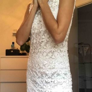 Superfin vit klänning till alla möjliga event! Köpare står för frakt 💛