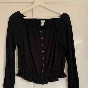 Svart crop top tröja från hm med knappar. Aldrig använd. Strl s
