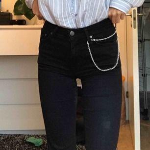 """Svarta jeans från Crocker """"pow flare"""". De är """"utsvängda"""" där nere. Typ XS! Köpare står för frakt 55 kr💘"""