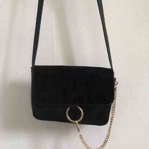 Fin väska med gulddetaljer från en butik i Göteborg. Använd ett fåtal gånger.