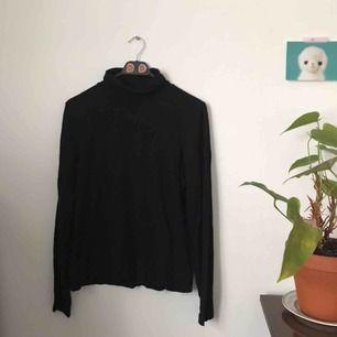 svart polotröja från Monki. storlek L. i fint skick. frakt ingår i priset.