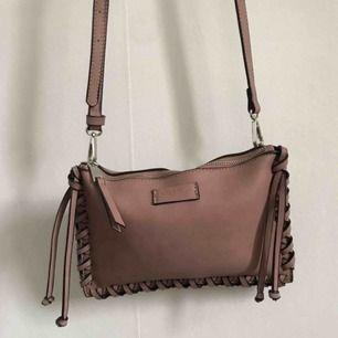 Mörkrosa väska från märket Don Donna, använd en gång.