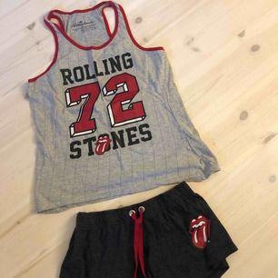 Jätteskönt pyjamas set med Rolling Stones tryck, knappt använt. Är insydda i midjan men går att sprätta upp. Frakt ingår i proset:)