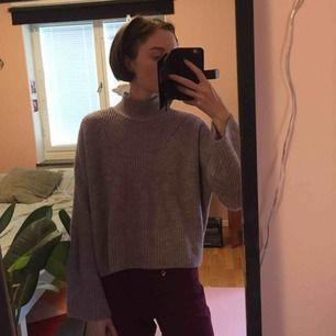 Lavendelfärgad stickad hösttröja, snygg modell: lagom kort med lite utsvängda armar. Jätteskön, varm och sticks inte alls.