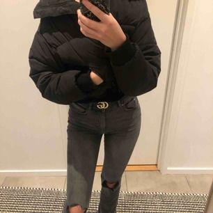 Super fina och trendiga jeans ifrån Gina Tricot. Helt nyköpta och aldrig använda då det tyvärr inte kommer till användning. Jag är 167 cm och de passar perfekt! 💕💕