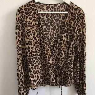 Leopardmönstrad omlottblus från H&M. Bortklippt lapp men är storlek 40, passar även 38.