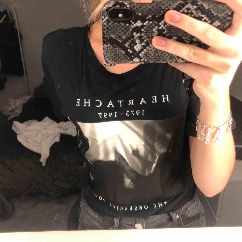Väldigt fin t shirt ifrån Gina Tricot i skööönaste materialet!! 😍. T-shirts.