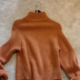 Som ny, endast använd någon gång! Superfin och tjock stickad tröja i en rostcamel färg. 95% ull och 5% cashmir