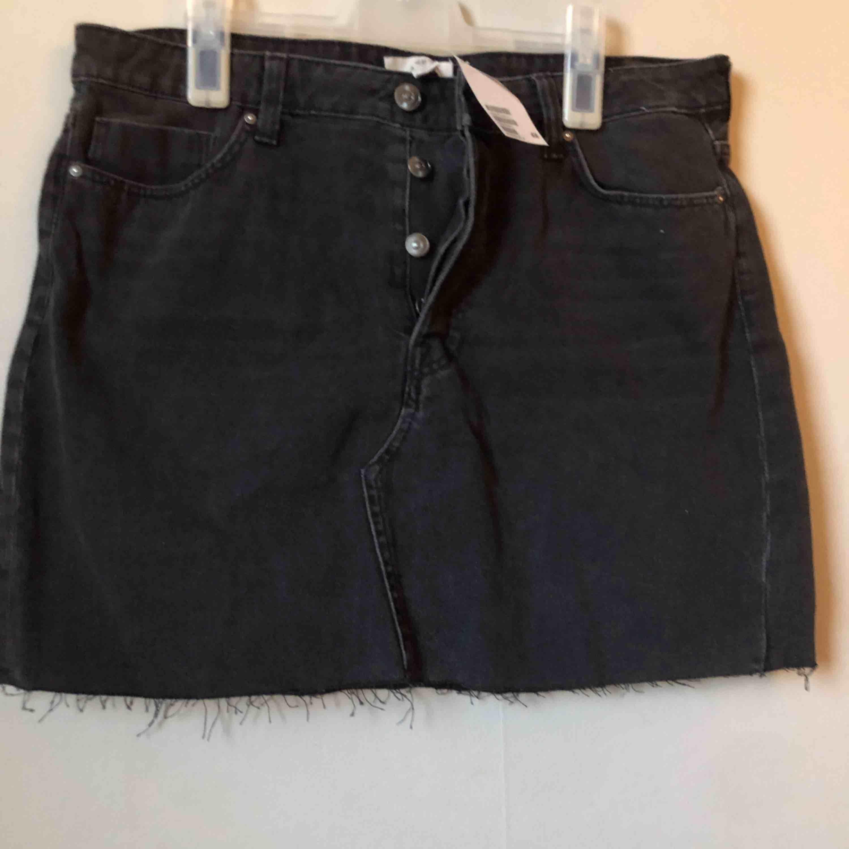 Jeans kjol från hm, oanvänd! Nypris 300:-. Kjolar.