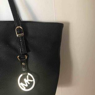 Jätte fin svart Michael Kors väska, lite trasig (se bild) men går att laga annars bra skick🌸  Möts i stockholm✨