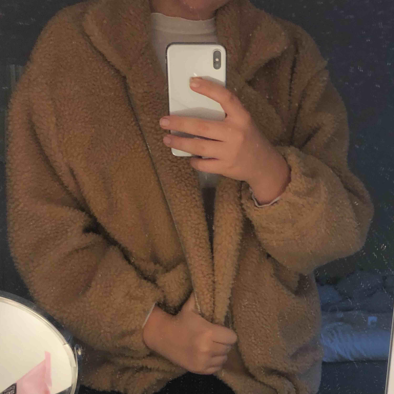 En jätte mysig teddyjacket, som passar perfekt nu till hösten/vintern. Nästan aldrig använd. Färgen på jackan ser man på sista bilden. 150kr + frakt. Jackor.