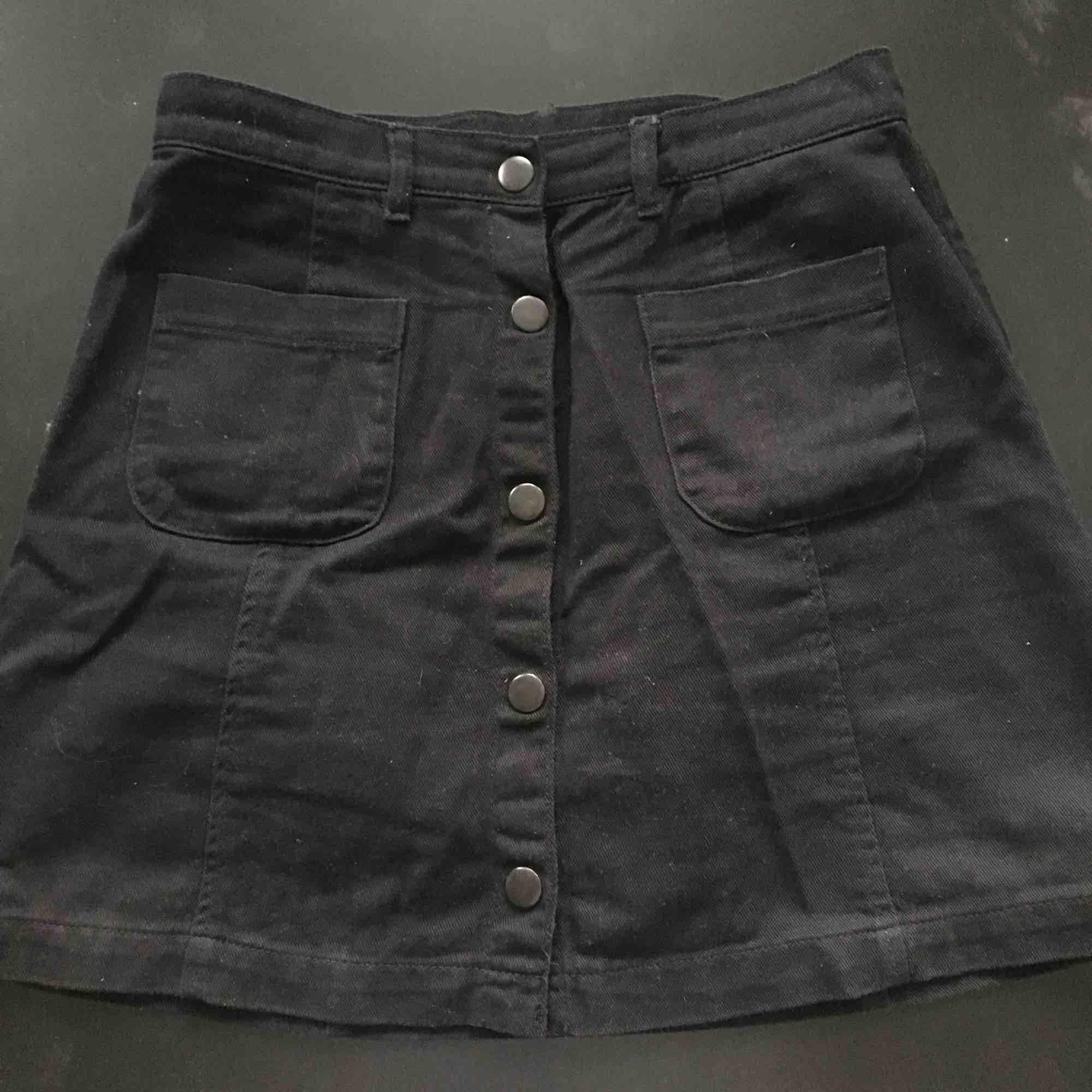 Svart jeanskjol från monki🤩 frakt tillkommer på 30 kr🌸 det är inga fläckar utan fel på kameran... Kjolar.