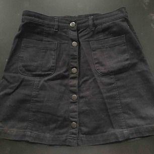 Svart jeanskjol från monki🤩 frakt tillkommer på 30 kr🌸 det är inga fläckar utan fel på kameran..